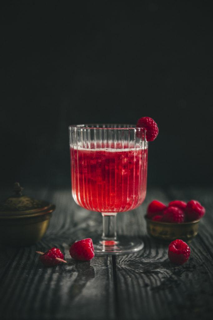 Cocktail au champagne, framboises et sirop de thé noir ©Sandrine Saadi
